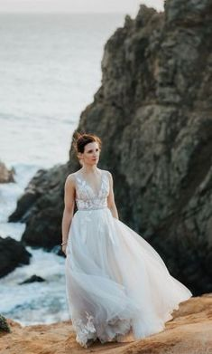 Stunning Pre-Loved Willowby Hearst wedding gown perfect for your outdoor wedding ceremony and photographs beautifully for your romantic destination wedding photos. Save 53% on this GORGEOUS used designer bridal gown here.  #WillowbyBridal #PreLovedWeddingDresses #PreOwnedWeddingDress #UsedDesignerWeddingGown