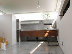 <p>家具みたいなキッチン。そのワケは、浮かせた足元と壁埋め込み式の換気扇。</p>