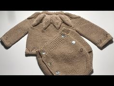 Tejer en dos agujas cubrepañal MUY FÁCIL Tallas 0 a 9 meses - YouTube Knitted Baby Clothes, Crochet Baby Shoes, Knit Crochet, Sweater And Shorts, Baby Cardigan, Men Sweater, Knitting For Kids, Baby Knitting, Baby Barn
