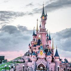 21 Insider Hacks For Taking Your Kids To Disneyland Paris Disneyland Main Street, Trips To Disneyland Paris, Disneyland Countdown, Disney Dream, Disney Love, Disney Magic, Disney Tips, Disney Parks, Walt Disney World