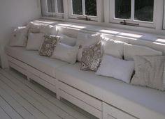 mooie+houten+bank+met+lekker+veel+kussens,+lekker+leesplekje!