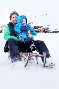 Selbstversorgerhütte in der Schweiz. Mama un Baby beim Schlittenfahren. Kind Und Kegel, Skiing, Baby Strollers, Children, Switzerland, Travel Destinations, Tips, Ski, Baby Prams