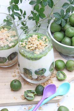 Dessert im Glas mit Kiwi, Kokosjoghurt, Grenola