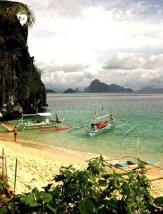 I took this photo while on a island hopping snorkel trip when I was staying in El Nido, #Palawan  || photo by @rtwgirl #Philippines #wanderlust