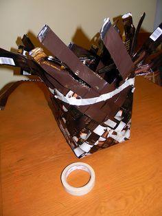 Vinopunottu kahvipussikori | Käsitöitä ja Puutarhanhoitoa Basket Weaving, Paper Crafts, Shoes, Sewing, Diy, Manualidades, Zapatos, Dressmaking, Tissue Paper Crafts