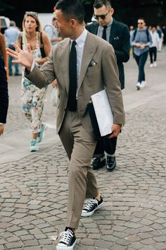 Pitti Uomo is where the style world's most advanced menswear peacocks come to roost, and this year's batch of street style snaps prove nothing has changed. Nice Outfits For Men, Casual Wear For Men, Street Style, Cool Street Fashion, Chuck Taylors, Moda Converse, Gq, Gents Fashion, Style Fashion