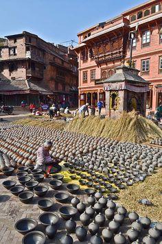 Het plein van de pottebakkers in Bhaktapur. Kijk voor meer reisinspiratie op www.nativetravel.nl