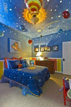 Idea originale per gli amanti dell'astronomia: colorare pareti e soffitto della cameretta di un ragazzo - dipingere il sistema solare - effetto cielo stellato. Per quanto riguarda i temi da utilizzare, lo spazio è incredibilmente popolare.