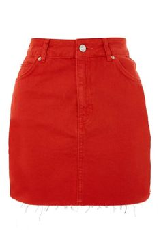 The Cute Jean Skirt Outfits We Are Loving This Year Are you looking for the perfect top to pair with your jean skirt this spring? We have collected the best cute jean skirt outfits for this season! From colder to warmer weather, we have you covered! Red Denim Skirt, Jean Skirt Outfits, Red Jeans, Red Skirts, Cute Skirts, Mini Skirts, Petite Skirts, Looks Teen, Jugend Mode Outfits