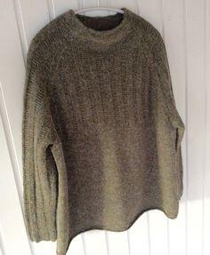 Oversize sweater med dyb raglan, tætsiddende ærmer og lille skorstenskrave. Størrelser: S / M /...