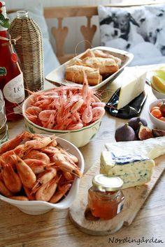 Räkfrossa med vänner, enkelt och gott....vanliga räkor, rökta räkor, ostar, bröd, gott vin och........ett gott vin till ...
