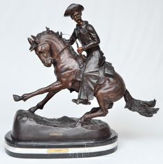 """REMINGTON, Frederic (D'après) - Escultura em bronze cinzelado e patinado representando """"Cowboy"""" apoiado sobre base em mármore negro portori.Med.: 50x65 cm."""