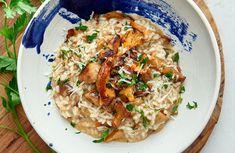 Svamprisotto serveras på italienskt vis i djup tallrik, gärna med en bit bröd. 20 Min, Fried Rice, Fries, Veggies, Pasta, Dinner, Cooking, Ethnic Recipes, Delicate