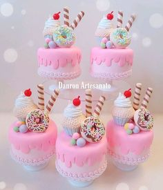 Mini boleira acrílica decorada com biscuit. Candy Birthday Cakes, Candy Cakes, 1 Year Old Cake, Diy Unicorn Cake, Soap Cake, Donut Party, Ice Cream Party, Cupcakes, Candy Party