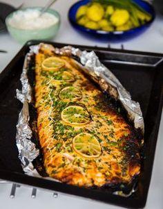 Saftig, supergod och lättlagad lax som sköter sig själv i ugnen. Laxen är penslad med en god marinad med smak av smör, vitlök, citron, persilja och en gnutta sötma från honung. Riktigt gott att servera laxen med fetaostkräm, citronsås eller kall dillsås. Du hittar fler goda reecept på ugnsbakad laxsida HÄR! och HÄR! 6 portioner ca 1,5 kg laxsida 50 g smör 2 msk honung 3 st vitlöksklyftor 4 msk finhackad persilja Rivet skal från en citron (endast det gula) Salt & peppar Garnering… Clean Recipes, Fish Recipes, Healthy Recipes, Zeina, Danish Food, Mindful Eating, Fish Dishes, Fish And Seafood, Healthy Foods To Eat