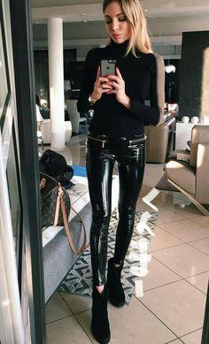 Amateur blonde selfie in faux leather leggings and ankle boots Spanx Leather Leggings, Pvc Leggings, Black Leggings Outfit, Vinyl Leggings, Leggings Are Not Pants, Pantalon Vinyl, Lederhosen Outfit, Vinyl Dress, Latex Pants