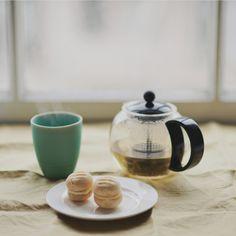 macaroons and tea Tea Biscuits, Cute Birthday Cakes, Cuppa Tea, Tea Art, My Cup Of Tea, Tea Ceremony, Macaroons, Me Time, Afternoon Tea