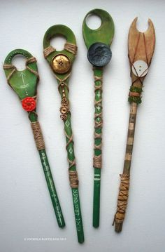 DIY faerie wands, from wooden spoons. The drilled hole in the middle is good to see the faeries through! Nature Crafts, Fun Crafts, Pentacle, Wiccan Crafts, Kitchen Witchery, Fairy Wands, Beltane, Wooden Spoons, Wooden Spoon Crafts