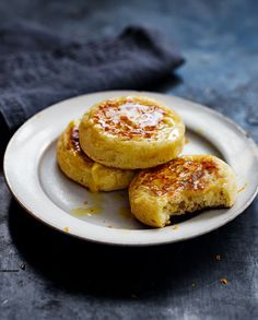 Try our foolproof recipe for perfectly crisp, toasted crumpets with a chewy centre. They taste much better than the shop-bought ones and take remarkably little effort. Homemade Crumpets, Crepes, Scones, Bread Recipes, Cooking Recipes, Gourmet Recipes, Breakfast Recipes, Yummy Food, Yorkshire