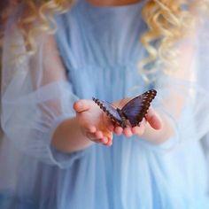 Живые бабочки от @farfett_com на моем февральском местер-классе в Москве. Вы не представляете, какие они шершавые, бархатные и приятные Наши юные модели сначала их почему-то побаивались, зато после съемки уже не хотели с ними расставаться
