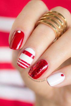 Com a ajuda de fitas adesivas, fica mais fácil pintar listras em suas unhas de Natal! Alterne cores contrastantes e abuse do brilho para unhas bem festivas!