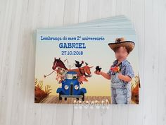 Foto lembrança com imã - Little Blue Truck Minions, Baseball Cards, Cover, Books, Bee Party, Digital Invitations, Personalized Stationery, Fiestas, Craft