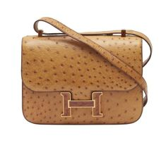 HERMÈS 1987 Sac CONSTANCE 23 cm Cuir d'autruche cognac (Struthio camelus) NR Garniture métal plaqué or et laque flammée R... Hermes Bags, Hermes Handbags, Luxury Handbags, Louis Vuitton Handbags, Fashion Handbags, Fashion Shoes, Hermes Birkin, Designer Handbags, Fashion Fashion