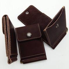 Зажим для денег с двумя карманами для карточек и мелочи. Из плотной мягкой…