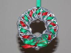 Soda Tab Crafts, Can Tab Crafts, Christmas Projects, Holiday Crafts, Recycled Christmas Decorations, Diy Christmas Ornaments, How To Make Ornaments, Christmas Wreaths, Recycled Christmas Gifts
