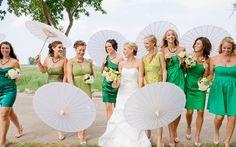 Cómo nos gustan las novias con sus damas de honor vestidas del mismo color y sus parasoles! Vaya conjunto espectacular!