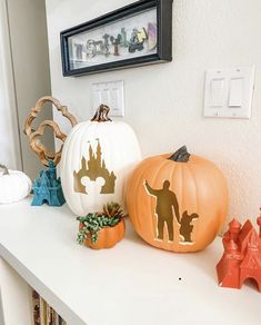 Check out our gallery of easy and cheap Halloween decorations for both an indoor and outdoor party for kids. Everything from funny adornments for the house to scary embellishments for the yard for porch for Apartments for Fireplace are stacked up here. Disney Halloween Decorations, Halloween Home Decor, Outdoor Halloween, Halloween Crafts, Halloween Inspo, Halloween Boo, Halloween 2020, Disney Diy, Disney Crafts