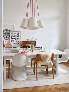 All lovers of iconic designer furniture and designer chairs, listen up! Have you got a dining area that is hungry for change? Here is a little round up of some of our favourite designer chairs to help you out! See different styles, different combinations of chairs (you can refer to our blogpost on how to mix and match designer chairs here) and get an idea of some of the stylish options out there. Since it's winter, we'll try to list homes with a cozy touch, but not only that.. Designer…