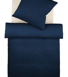 Marine! Weiß in Kombination mit dunkelblauer Bettwäsche: Der Marinelook im Schlafzimmer wird perfekt.