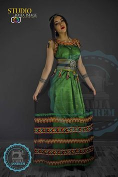 Robe kabyle moderne discovered by ▪︎𝔽𝕀𝔽𝕀𝔼▪︎ on We Heart It Country Look, Chinese Kimono, Ethiopian Dress, Big Fashion, Womens Fashion, Baggy Clothes, Nice Dresses, Summer Dresses, Turkish Fashion