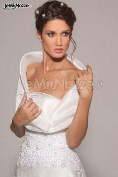 http://www.lemienozze.it/operatori-matrimonio/vestiti_da_sposa/linea-spose-di-elena-belardinelli/media/foto/2 Abito da sposa con scollo profondo.