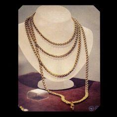 Algo que nos une, a las mujeres contemporáneas con las #mujeres de la #historia universal, es la #pasión por las #joyas. Este collar de #oro perteneció a una mujer #paraguaya, casada, con un acaudalado hombre italiano de apellido Cellario, a principios del siglo XX; actualmente la pieza forma parte de la colección de joyas del Museo del Banco Central del Paraguay y tiene un gran valor.