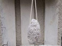 Puimsteen, het lijkt op een vreemde spons, maar met zijn stevig en tegelijk luchtig uitzicht is de puimsteen een uitstekende natuurlijke verzorging van de voeten.