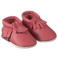 Chaussons à franges rouges > http://www.tichoups.fr/chaussons-cuir-souple-a-franges-1/chaussons-bebe-a-frange-rouge.html