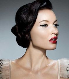 retro hairstyles are here. Get some hair-spiration and have a retro beauty brainstorm with our carefully selected retro hairstyles Pin Up Makeup, Retro Makeup, Vintage Makeup, Hair Makeup, 70s Makeup, Runway Makeup, Vintage Glam, Party Makeup, Maquillaje Pin Up