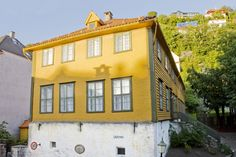 Bergen School Museum conveys the Norwegian school's history, with a particular focus on Bergen. The collections span a period from the 1800s to the present day, with a primary focus on the period 1920-1960.