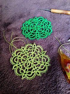 結いあがると、糸の始末もしないでアップするんで、更新してないときはやってないですー(*_*)でも、体裁が悪いので一つ。出来てるデザインを作るより、新しいものを… Tatting Earrings, Tatting Jewelry, Crochet Earrings, Crochet Ripple, Diy Crochet, Crochet Doilies, Needle Tatting, Tatting Lace, Shuttle Tatting Patterns
