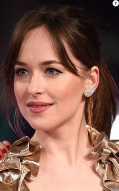 Dakota Johnson: Sensual beauty in gold before Alison Brie, sculptural and sexy - Finja Style Dakota Johnson, Dakota Style, Dakota Mayi Johnson, Alison Brie, Dakota Jhonson, Most Beautiful Hollywood Actress, Don Johnson, Actrices Hollywood, Blake Lively