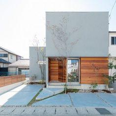 House Design Facade Stairs For 2019 Japanese Modern House, Modern Tropical House, House Front Design, Modern House Design, Old House Decorating, Zen House, Halls, Small House Exteriors, Modern Farmhouse Exterior