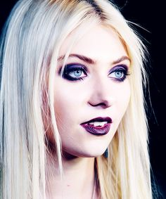 Ughhhhh that shadow though. Too perf. Love Taylor Momsen