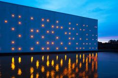 Le Chai Ballande, pontilismo de luzes na fachada de uma vinícola,© Arthur Pequin