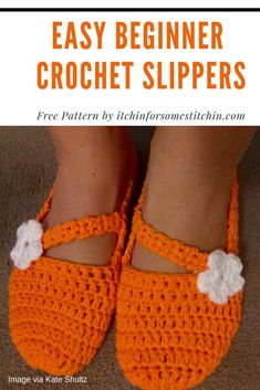 Easy Beginner Crochet Slippers - Itchin' for some Stitchin' Easy Crochet Slippers, Crochet Slipper Pattern, Cute Slippers, Crochet Flower Patterns, Crochet Shoes, Crochet Flowers, Felted Slippers, Crochet Seed Stitch, Free Crochet
