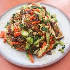Prête en un rien de temps, cette recette végétalienne est facile et savoureuse. Pasta Salad, Ethnic Recipes, Pancakes, Food, Crystal, Noodles, Carrots, Browning, Vegane Rezepte