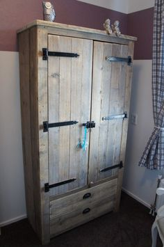 Stoere kledingkast om zelf te maken Recycled Furniture, Recycled Wood, Pallet Furniture, Rustic Furniture, Pallet Wardrobe, Diy Wardrobe, Woodworking Projects Diy, Wood Projects, Tv Armoire