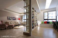 將隔間牆拆除,電視牆後方利用玻璃隔間界定出書房領域,替空間帶來放大、流動之感。