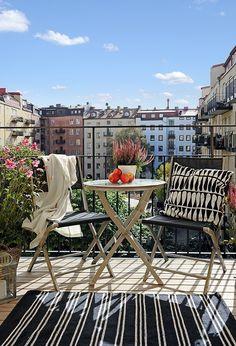 Elvhem: Majorsgatan 12 Photographer: Fredrik J Karlsson / - Outdoor living - Balcony Furniture Design Interior Balcony, Balcony Furniture, Interior Exterior, Outdoor Furniture Sets, Rustic Furniture, Interior Design, Furniture Design, Small Balcony Design, Small Living Room Design